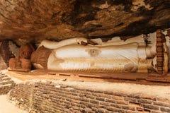 Estatua de mentira de Buda por la roca de Pidurangala imagenes de archivo