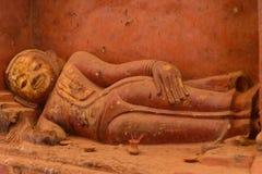 Estatua de mentira de Buda en el templo de Bagan, Myanmar Foto de archivo