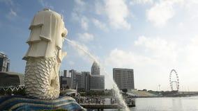 Estatua de Merlion con horizonte almacen de metraje de vídeo