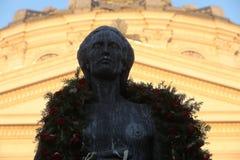 Estatua de Mihai Eminescu delante del Athenaeum rumano Fotografía de archivo