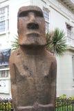 Estatua de Moai en el frente de Museo Fonck en Vina Del Mar, Chile Foto de archivo