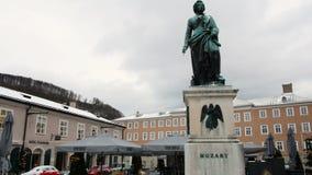 Estatua de Mozart en Salzburg durante invierno, ciudad del nacimiento de Mozart, genio de la música clásica almacen de metraje de vídeo