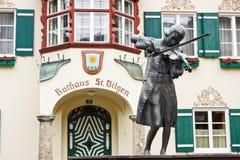 Estatua de Mozart joven delante del townhall en St Gilgen, Aust fotografía de archivo libre de regalías