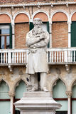 Estatua de Nicolo Tommaseo en Venecia, Italia Foto de archivo