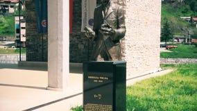 Estatua de Nikola Tesla en el centro de ciudad almacen de video