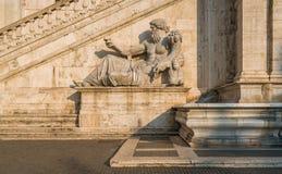 Estatua de Nile River en la fachada del Palazzo Senatorio en el Campidoglio en Roma, Italia imagenes de archivo
