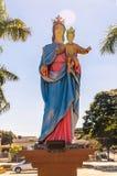 Estatua de nuestra señora que detiene al bebé Jesús en el revestimiento Imagen de archivo libre de regalías