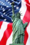 Estatua de NY de la libertad contra el indicador de América Imagen de archivo libre de regalías