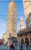 Estatua de obispo St Petronius, torre de Garisenda Bolonia, Italia Fotografía de archivo