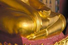 Estatua de oro de Buda en el pedestal con las paredes viejas fotos de archivo libres de regalías