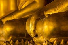 Estatua de oro de Buda en el pedestal con las paredes viejas imagenes de archivo