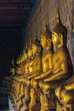 Estatua de oro de Buda en el pedestal con las paredes viejas foto de archivo libre de regalías