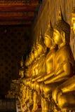 Estatua de oro de Buda en el pedestal con las paredes viejas imagen de archivo libre de regalías