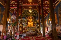 Estatua de oro de Buda en iglesia en el templo de Rongngae en Nan Provinc Imágenes de archivo libres de regalías