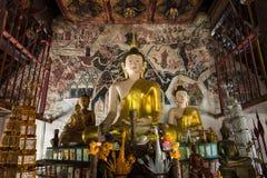 Estatua de oro de Buda en iglesia en el templo de Rongngae en Nan Provinc Foto de archivo libre de regalías
