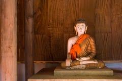 Estatua de oro de Buda en iglesia en el templo de Rongngae en Nan Provinc Imagen de archivo libre de regalías