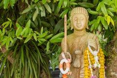 Estatua de oro de Buda en iglesia en el templo de Rongngae en Nan Provinc Foto de archivo