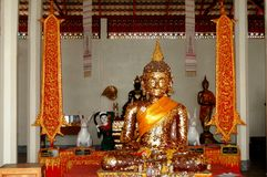 Estatua de oro de Buda en la iglesia de Wat Phra That Khao Noi Imagenes de archivo