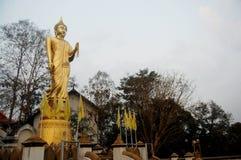 Estatua de oro de Buda en la iglesia de Wat Phra That Khao Noi Imágenes de archivo libres de regalías