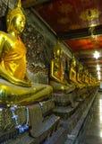 Estatua de oro de Buda en Suthatthepwararam Rajaworamahavihara Fotos de archivo libres de regalías