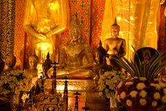 Estatua de oro de Buda en un templo budista tailandés Fotografía de archivo libre de regalías