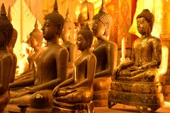 Estatua de oro de Buda en un templo budista tailandés Imágenes de archivo libres de regalías