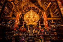 Estatua de oro de Buda en un templo en Vietnam septentrional imagen de archivo