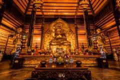 Estatua de oro de Buda en un templo en Vietnam septentrional fotografía de archivo