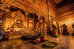 Estatua de oro de Buda en un templo en Vietnam septentrional foto de archivo libre de regalías