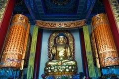 Estatua de oro de Buda de la sentada grande Foto de archivo