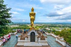 Estatua de oro de Buda que camina en NaN, Tailandia Foto de archivo
