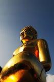 Estatua de oro de Buda imagenes de archivo