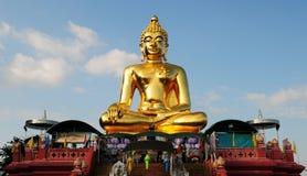 Estatua de oro de Buda fotos de archivo