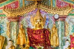 Estatua de oro de Buda dentro de la pagoda de Shwedagon en Rangún, Birmania Myanmar Imagenes de archivo