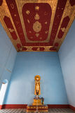 Estatua de oro de Buda dentro de un templo en Bagan Imágenes de archivo libres de regalías