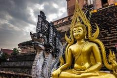 Estatua de oro de Buda en Chiang Mai, Tailandia Imágenes de archivo libres de regalías