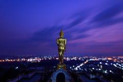 Estatua de oro de Buda en el templo de Khao Noi en el crepúsculo imágenes de archivo libres de regalías