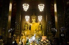 Estatua de oro de Buda en el ubosot para el respecto de la gente y rogación en Foto de archivo