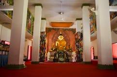 Estatua de oro de Buda en el ubosot para la gente y los viajeros que ruegan Fotografía de archivo