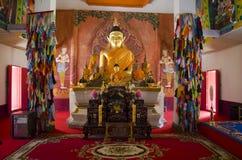 Estatua de oro de Buda en el ubosot para la gente y los viajeros que ruegan Fotos de archivo