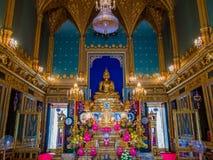Estatua de oro de Buda en templo gótico del estilo Imagen de archivo