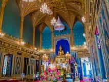 Estatua de oro de Buda en templo gótico del estilo Fotografía de archivo
