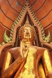 Estatua de oro de Buda en Tiger Cave Temple Wat Tham Suea, Thail Imagen de archivo