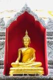 Estatua de oro de Buda en un templo budista Imágenes de archivo libres de regalías