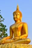 Estatua de oro de Buda en un templo budista Imagen de archivo libre de regalías
