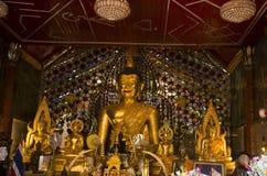Estatua de oro de Buda para el respecto de la gente y rogación en Wat Phra Fotografía de archivo