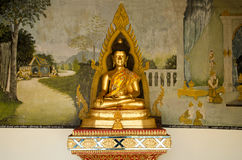 Estatua de oro de Buda para el respecto de la gente y rogación en Wat Phra Imágenes de archivo libres de regalías