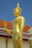 Estatua de oro de Buda que se coloca en fondo del cielo de la nube Esta acción de la imagen de Buda refiere a pacífico, para el l Imágenes de archivo libres de regalías