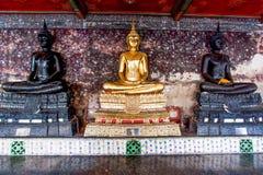 Estatua de oro de buddha Imagen de archivo libre de regalías