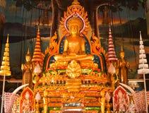 Estatua de oro de buddha dentro de un templo Foto de archivo